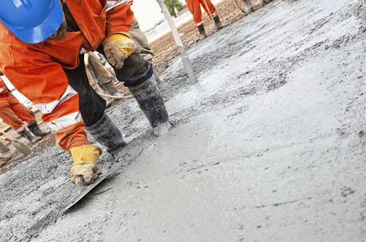 Stavebný robotník aplikuje zálievkovú maltu